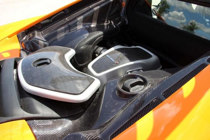 A kupénak nagyobb a motorházteteje, de ennek ellenére nem sokat látni a motorból a látványos szénszálas alkatrészek (pl. szívócső) miatt