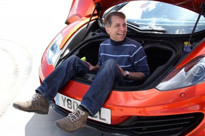 Alig 144 literes a csomagtartó, ami a középmotoros McLarenben természetesen elöl van. Doboz alakú, ezért könnyű bele pakolni - vagy éppen beleülni