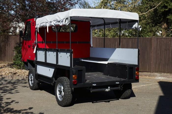 2,2 literes dízelmotor mozgatja, másfél tonnát nyom és annyi embert képes szállítani, amennyi felfér rá