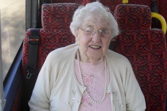 Elfelejtette visszavinni utasát a gondozó intézetbe egy brit buszsofőr. A 88 éves, agyi érelmeszesedésben szenvedő beteg a buszgarázsban éjszakázott; senki nem kereste