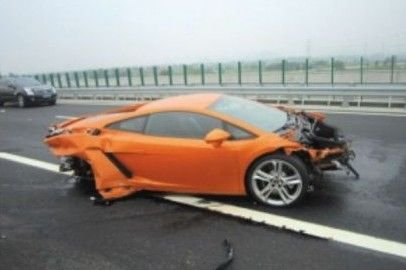 Az állítólag tapasztalt sofőr, Mr. Zhu így kénytelen szembenézni a ténnyel, hogy totálkárosra tört egy hazájában 120 millió forintnyi jüanért kínált olasz sportautót, hivatalos sajtórendezvényen.