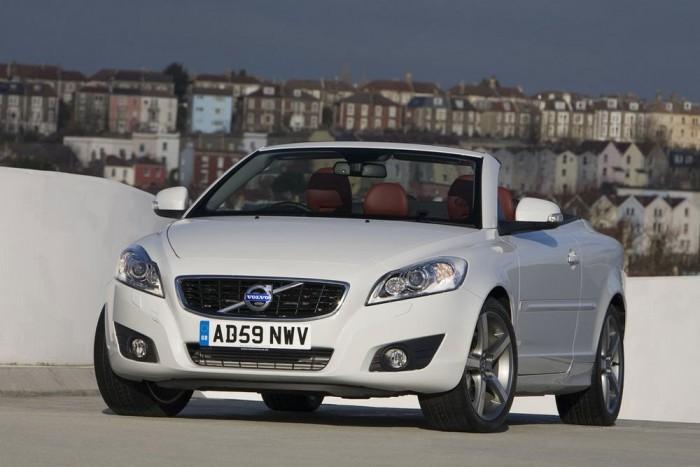 5. Volvo C70. Biztonságos és agressziómentes autó. A Volvo designerei és márkaarculat-építői tudnak valamit, amitől a svéd prémiummárka a nőknél gyakorlatilag egy polcon van a német konkurensekkel