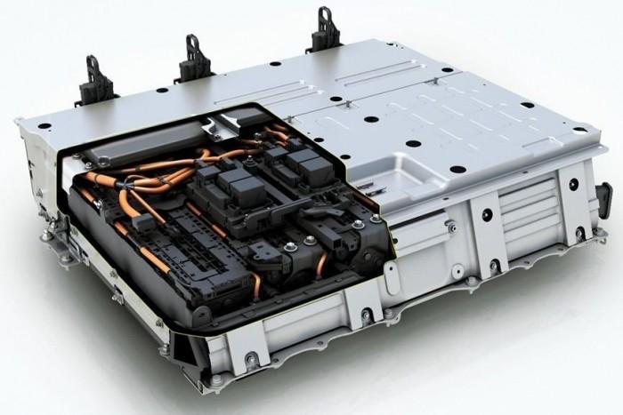 A Toyota Prius PHEV konnektoros hibrid Li-Ion akkumulátor-csomagja. Hagyományos hibridjeiben NiMH technológiát alkalmaz a Toyota.