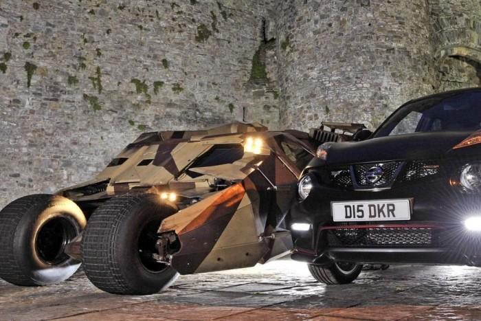 A Nissan az eredeti Batmobil társaságában, a nyeremény átadásán