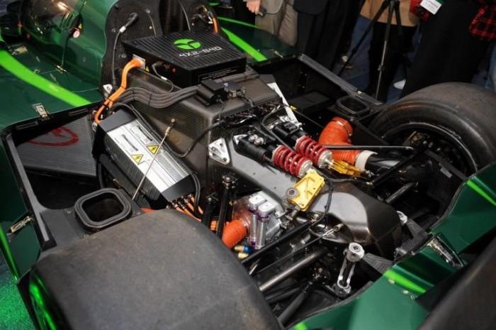 A versenyautó eredeti, Le Mans-i konfigurációja. Burkolatuk nélkül a regeneratív lenbgéscsillapítók