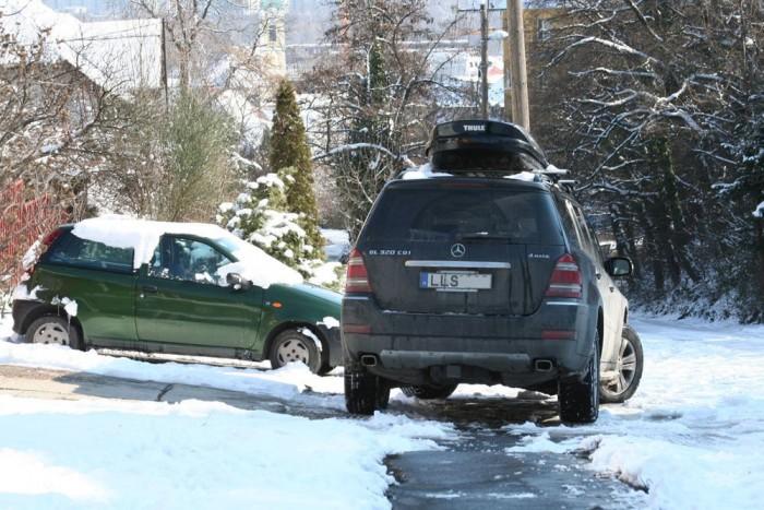 Elfoglalni a járdát Szomorú látvány, amikor édesanyák gyermekekkel, fülükön is kismotorral az úttesten kerülik ki a járdán pöffeszkedő kocsit. Milyen alapon taszítja veszélybe őket az autós