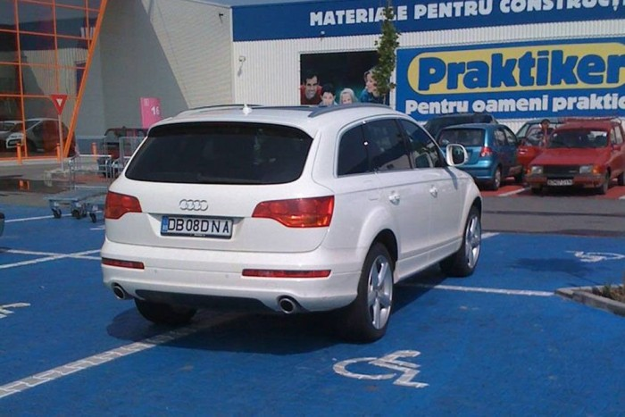 Rokkanthelyre parkolni Abszolút klasszikus a témában. Csúnya dolog semmibe venni mások hátrányos helyzetét és egészségesen elfoglalni a rászorulóktól a helyet. Ügyesebbek egyszerre két, de Q7-tel akár négy helyet is bitorolhatnak egyszerre. Mégse támadjunk rá automatikusan az egészséges sofőrre, csak mert a rokkantparkolóban áll: lehet, hogy mozgásában korlátozott hozzátartozóját viszi