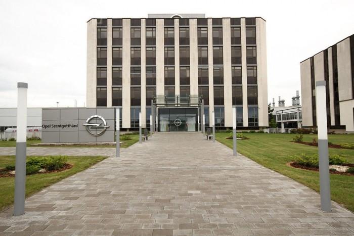 Az épület a parkolóból inkább tűnik valami szigorú pártközpontnak, mint modern motorgyárnak