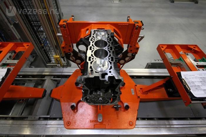 A motor spéci állványon utazik a gyárban