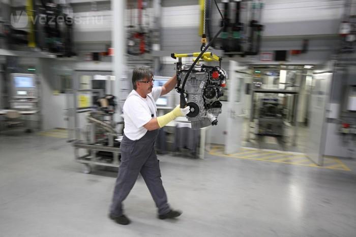 Főtengelyköszörülés, indukciós edzés, olajos köszörűiszap és egy kiadós áramszünet várt minket a szentgotthárdi Opel motorgyár új szegletében. Mindent lefényképeztünk.