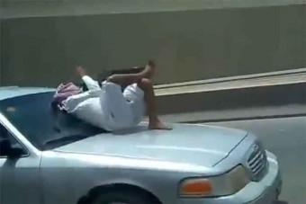 Motorháztetőn ülve utazott az autópályán