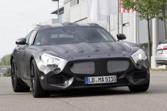 Gyári (kém)fotókon a Mercedes kis sportkocsija
