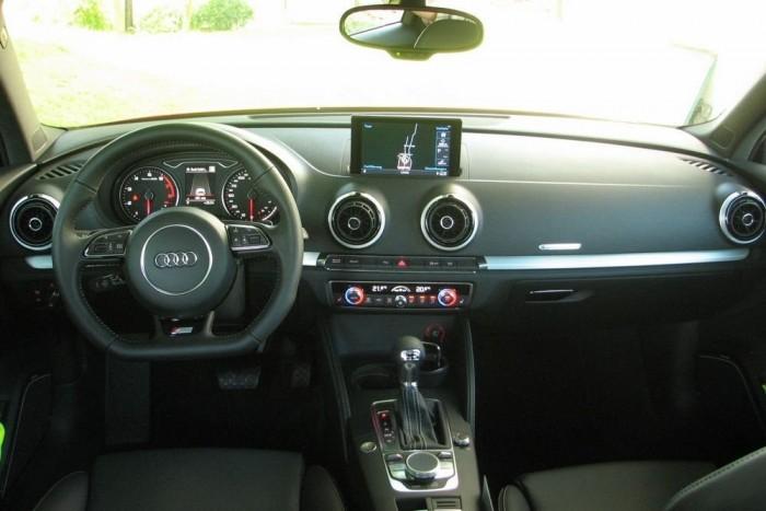Tiszta, praktikus, de a lapított kormánnyal azért egy kicsit a sportos hangulatnak is ad az Audi