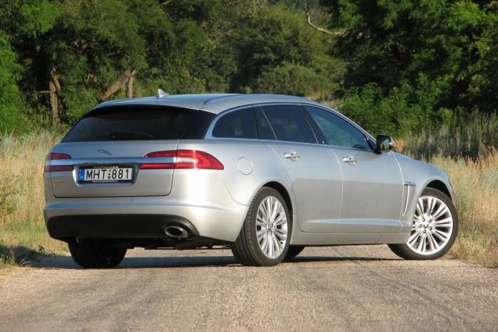 Az XF Sportbrake az Ötös BMW, E Merci ellen indul, a Jaguar abszolút prémiummárkának számít. A Volvo V70-nél sokkal drágább autó, azonos felszereltség, teljesítmény mellett