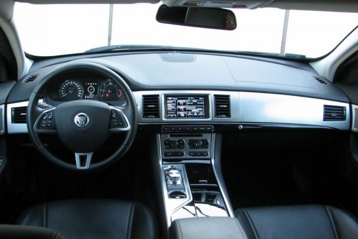 A külső formára remekül rímelő egyszerű, hivalkodásmentes de igényes anyagokkal berendezett beltér fogadja a Jaguar XF utasait