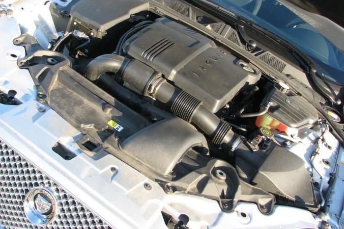 A négyhengeres dízelmotor a kombi Jaguar legnagyobb hibája és legnagyobb erénye egyszerre. Épeszű marad a fogyasztás vele, még 163 lóerőre fojtva is elegendő az ereje, de rezgése, hangja nem passzol az ugró nagymacskához