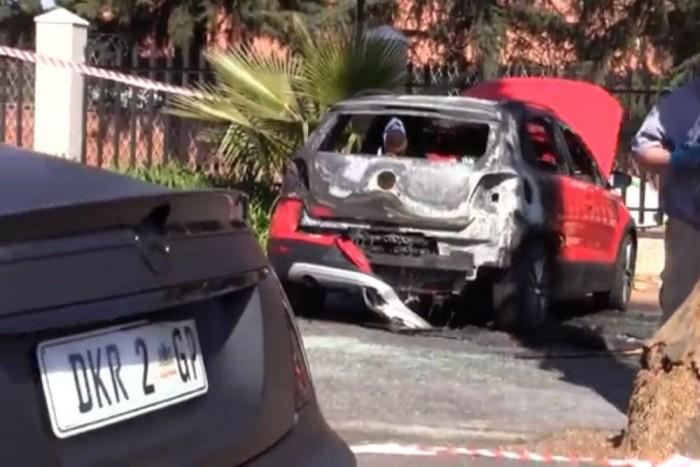 Néhány méterről lőttek a Mercedesre és utasára. Nem sokon múlott
