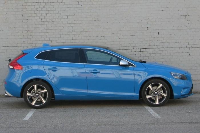 Ha a színét és a húsdaráló-penge felniket leszámítjuk, a V40 akkor is egy lapos, agresszív, látványos autó marad