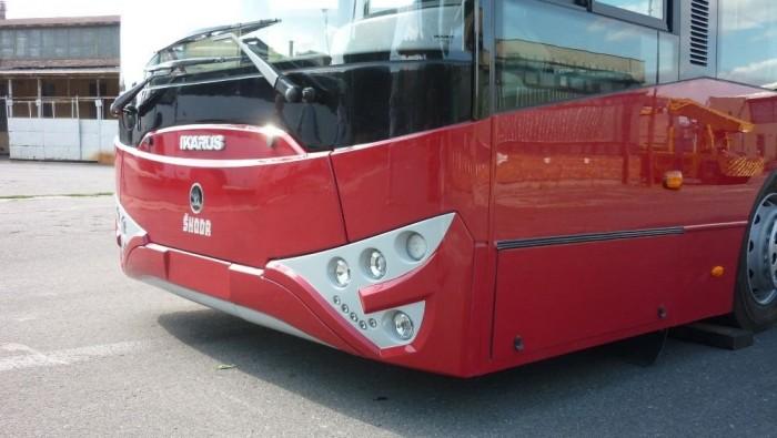 Szerdán reggel tréleren megérkezett Szegedre az első alacsonypadlós Ikarus-Škoda trolibusz Székesfehérvárról, mely előtte Csehországban vendégeskedett.