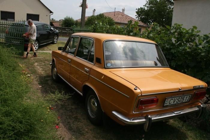 Első utunk Fejér megyébe vezetett az autóval egy szépen megőrzött Lada tulajdonosához. A csodás Ezeröcsiről hamarosan írunk