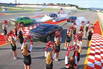 Challenger, Mustang, Camaro, CTS-V: melyik farol a legjobban?