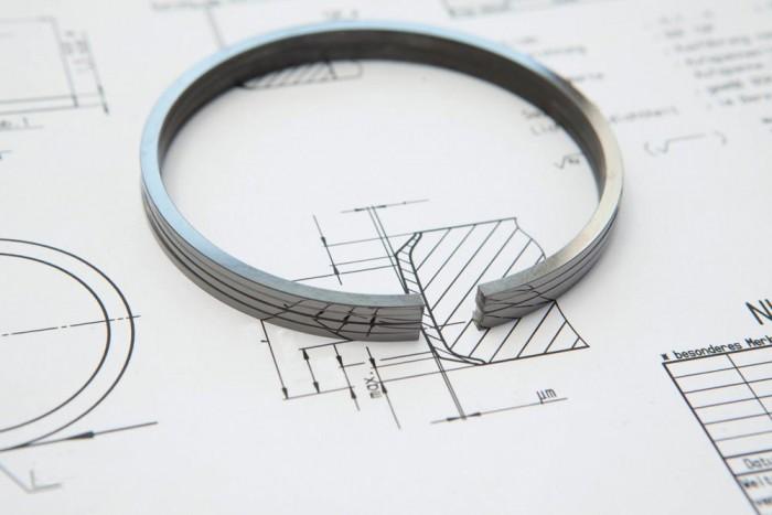 Nagyon sok múlik a dugattyúgyűrűkön, például a motor olajfogyasztása. Az olajgyűrűkben egy apró rugó is volna