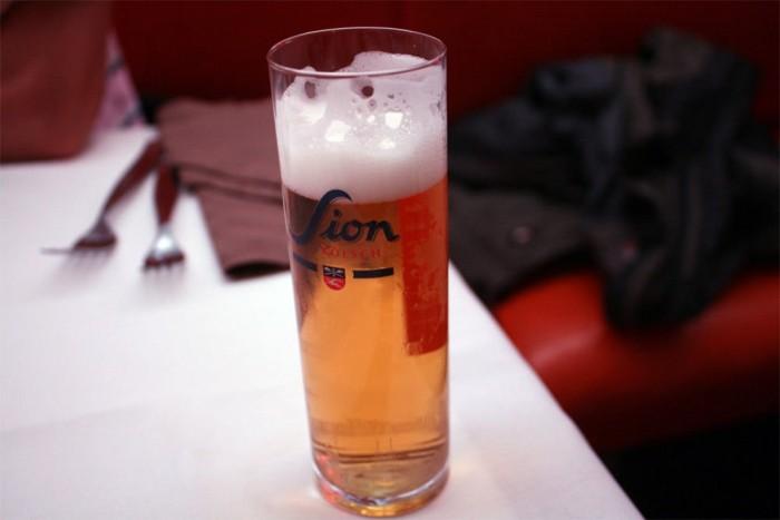Köln a dóm, a római kori emlékek és a Ford-gyár mellett elsősorban a kétdecis poharakban felszolgált Kölschről híres. Az apró poharak miatt nagy a pörgés egy jó huzatú társaságnál, a Sion egy jónak számító helyi márka