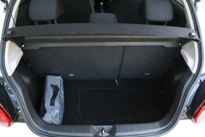 Tágas a 235 literes csomagtartó az autó méreteihez képest