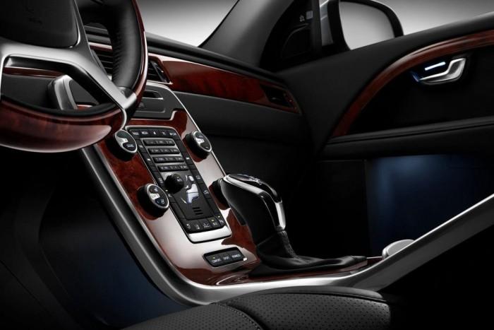 Kikapcsolható utas oldali első légzsák, Volvo S80, 30 000 Ft. Mesés autó egy S80, abból is a T6 Executive 304 lóerős soros hathengeressel és összkerékhajtással. És aztán a gyomros: a listaáron 17,9 millió forintos autóban csak extraként kapcsolható ki az utas légzsákja. Az oly fényűző Citroën C1 ezt alapáron tudja. De a nagy Volvóban legalább az Isofix-csatlakozó ingyenes opció az első üléshez