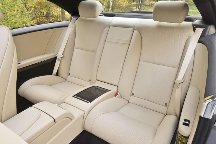 Hátsó fejtámla, 90 170 Ft. (Mercedes-Benz CL 500). Néha látok az utcán alapfelszereltségű, húsz év feletti autókat hátsó fejtámla nélkül. De a Mercedes-Benz CL konfigurátorában ráakadni nonszensznek is kuriózum. Egy 38 652 400 forintos luxuskupéról beszélünk