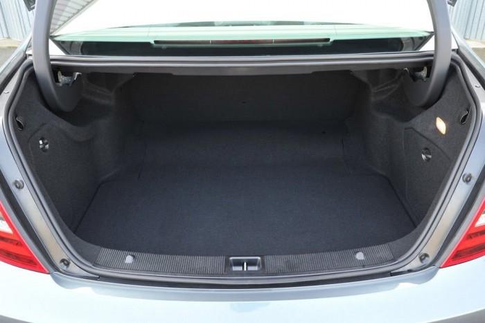 Osztottan lehajtható hátsó üléstámla, Mercedes-Benz C-osztály, 107 950 forint. Cipekedni nem túl előkelő, de így is furcsa, hogy 13 949 630 forintért meg lehet rendelni egy összkerekes, 306 lóerős C 350-est lehajtható hátsó ülés nélkül. Elfogadnánk, ha a fix támla a Mercedes-Benznél elvi kérdés volna, mert az előkelő tulaj úgyis fizet a cuccok házhoz szállításáért. De így szimpla lehúzás