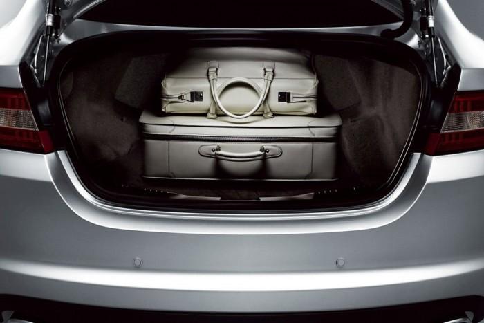 Osztottan lehajtható hátsó üléstámla, Jaguar XF, 152 019 Ft. Hogy ne csak a német prémiummárkák spúrságán lovagoljunk, két példa a Jaguartól. Itt is feláras a 60:40 arányban lehajtható hátsó ülés. Ugye milyen elegáns ez egy 27 799 000 forintos XF-R-nél
