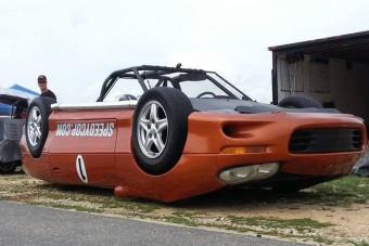 Fejjel lefelé versenyző autó