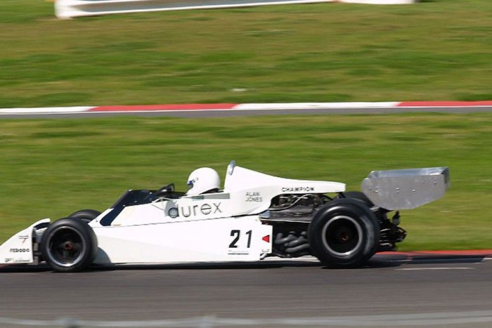 A Durex felirat azért elég viccesen fest egy F-1-es rakétán. Pedig erre is volt példa, John Surtees csapata az 1976-os idényben főtámogatóként tudhatta háta mögött a híres óvszergyártót.