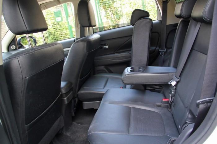 Osztottan állítható a középső ülés, a lábtér alaposan megnövelhető