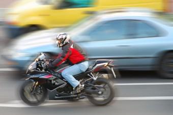 Piszkosul csapja a sorok között a motoros