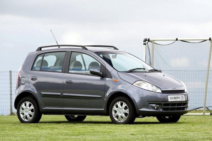 8. Chery A1, 1 359 000 Ft. Ahol komplett autókat ellopnak, ott az A1 nevet az Auditól levenni már igazán nem nagy dolog (van nekik A3 is). A technika a QQ3-éval rokon, de nem a 0,8, hanem az 1,3 literes, 83 lóerős motort kapta meg. A Chevrolet Spark vagy a Hyundai i10 egyterűs formáját idéző kiskocsi egész jól mutat, főleg ezért a pénzért. Érdemes volt a Bertone stúdiót megbízni a tervezéssel