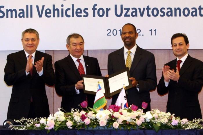 7. Daewoo Matiz made in Üzbegisztán, 1 260 000 Ft. A Dévú Matyi eredetije is befért az első tízbe. Az Üzbég Köztársaságban gyártott autó még a kínai klónoknál is olcsóbb, pedig itt a GM-nek is fizetnek jogdíjakat. Az ország pártfőtitkárból lett elnöke, Iszlam Karimov (balról a második) vállalhatatlan diktátor, de nem annyira, hogy a General Motorsnak ne érte volna meg licencgyártási megállapodást kötni vele