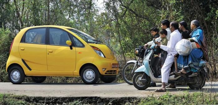 1. Tata Nano, 630 000 Ft. Mi is ott tolongtunk a Genfi Autószalonon, ahol először láthattuk a világ legolcsóbb autóját. Az egy lak árú (100 000 rúpiás) autóból évi egymilliót kívánt eladnia Tata, de csak pár tízezret sikerült évente. A motorról autóra váltó indiai családok ennél a kabinos rollernél valami komolyabbra vágytak. Nem tették kapóssá a kigyulladásáról szóló hírek, ahogy a sajátos népszaporulat-korlátozó akció sem. Bár a felszereltség bővítésével az autó ára is nőtt, de a Nano továbbra is messze a világ legolcsóbb autója