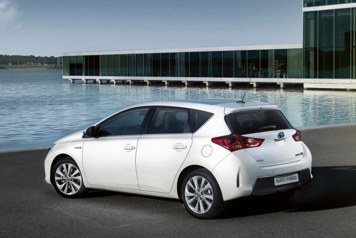 10-7. Toyota Auris Hybrid, 7,38. A hibridhajtás már nem szvetteres értelmiségiek hóbortja. A Toyota több mint ötmillió hibridjárművet értékesített áprilisig, amin a kombiként is kapható Auris HSD tovább javíthat. Hajtásláncának rendszerteljesítménye 100 kW (136 lóerő), a 99 lóerős, Atkinson-ciklusú benzinest 20 kW teljesítményű villanymotor támogatja illetve helyettesíti gyorsításkor és elinduláskor. A szabványos átlagfogyasztás mindössze 3,8 liter, a szén-dioxid-szint 89 g/kilométer