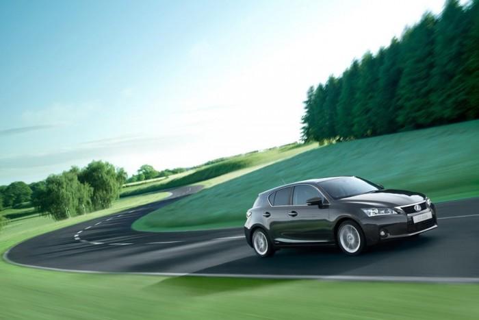 4. Lexus CT 200h - 7,83 pont. Elég komoly eltökéltséget igényel, hogy valaki ne német vagy svéd prémiumterméket vegyen ennyi pénzért, mert azok sokkal jobb autók. De az unokáink megköszönik, ha mégis a hibrid CT 200h a befutó