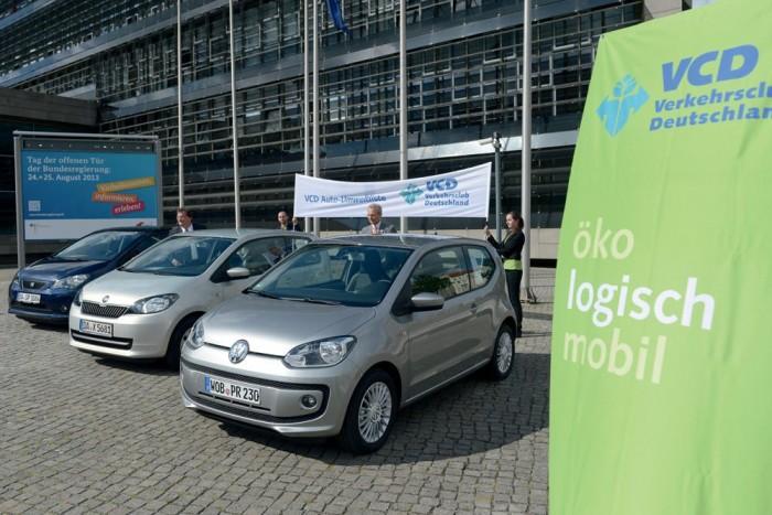1-3. SEAT Mii Ecofuel-Škoda Citigo CNG-VW Eco Up 1,0 - 8,03 pont. A hármasikreket a kis súly és a takarékos motor mellett a földgázüzem segítette az első helyhez. Az itthon nem kapható modellek szabványos átlagfogyasztása 2,9 kg földgáz/100 km. Az egyetlen budapesti nyilvános földgázkúton, a MOL Kőbányai úti töltőállomásán 345 forintba kerül a sűrített földgáz kilója, így kereken 1000 forintból megtehetünk 100 kilométert. Ez olyan, mintha egy dízel 2,3 litert fogyasztana százon
