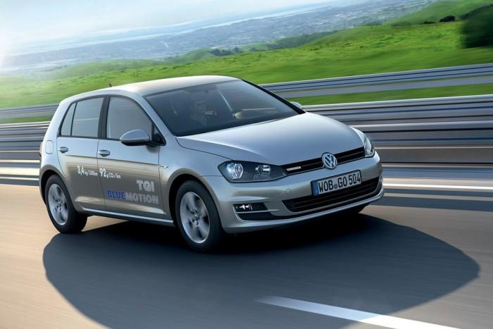 10-7. Volkswagen Golf 1,4 TGI BlueMotion - 7,38 pont. Nagyon eltérő autók nyitják az élmezőnyt. A Golf aduja nem a hibridhajtás, hanem a földgázüzem. Kisebb széntartalma miatt földgáz elégetésekor kevesebb szén-dioxid keletkezik, mint benzinnel járva. Az 1,4 literes, 110 lóerős turbómotor benzinnel és földgázzal is működik. A Golf 15 kg sűrített földgázzal 420, benzinnel további 940 kilométert tehet meg