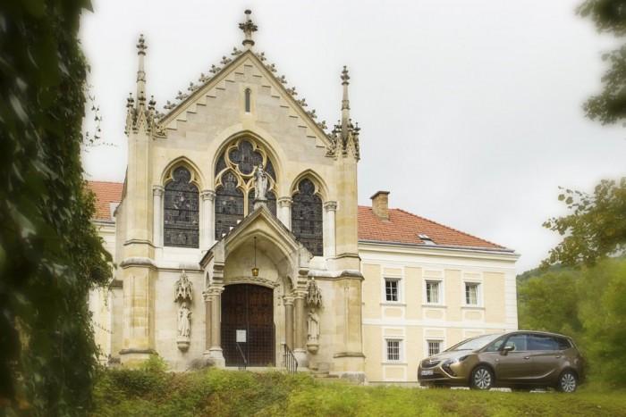 I. Ferenc-József leromboltatta a mayerlingi vadászkastélyt, ahol fia, Rudolf főherceg és annak szeretője meghalt. Máig nem tudjuk, hogy kettős gyilkosság vagy öngyilkosság történt-e, esetleg a trónörökös lőtte le a 17 éves Vetsera Mária bárónőt és utána végzett magával. A kastély helyére karmelita kolostor épült