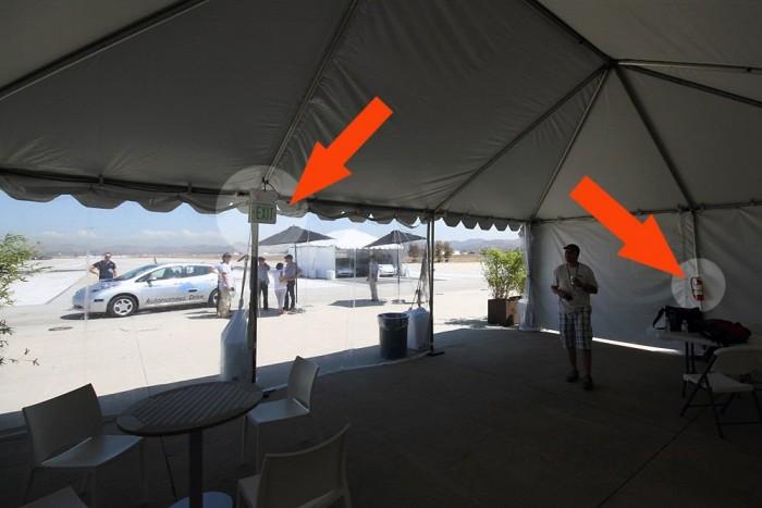 Dél Kaliforniában nehéz meghalni. Ezt a légkondicionált sátrat vészkijárat-jelző táblával és porral-oltóval is ellátták. Biztos, ami biztos.