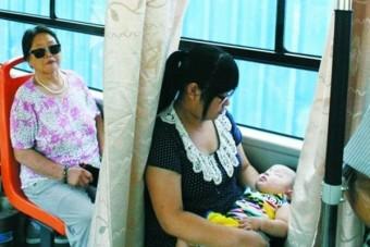Szoptatós ülés a buszon