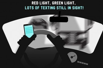 Rengeteg autós nyomogatja a mobilt vezetés közben