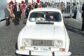 Öreg csotrogánnyal robog Ferenc pápa