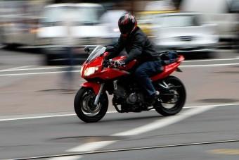 Mostantól áthajthatnak a piros lámpán a motorosok