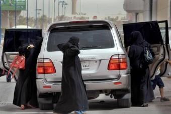 Egy tucat nő vezetett autót Szaúd-Arábiában